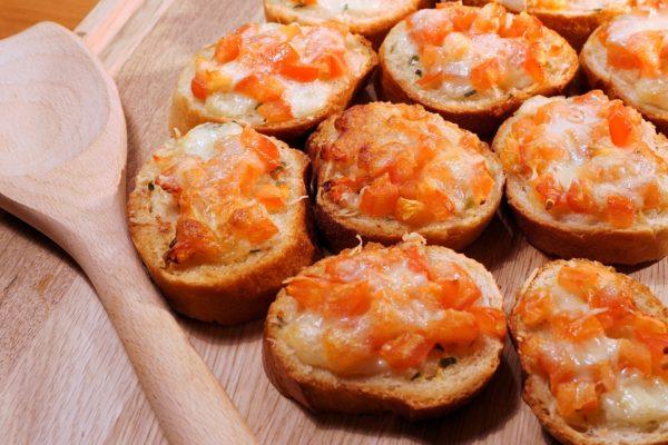 Bruschetta mit Käse überbacken